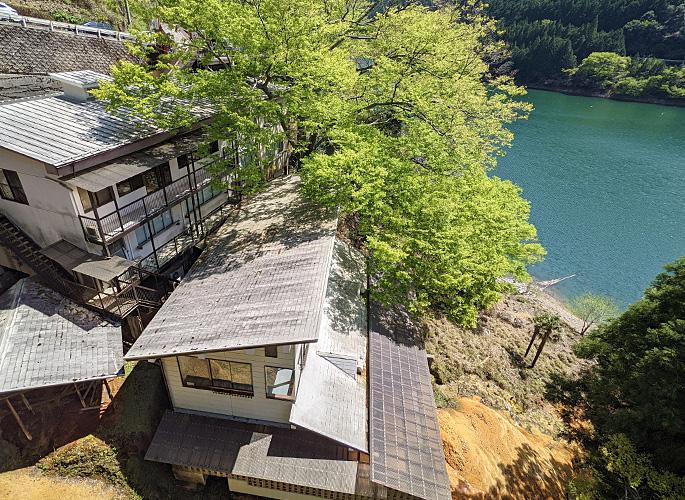 斜面に谷を背にして家屋を建てる「吉野建(よしのだて)」という建築方式の建物です。